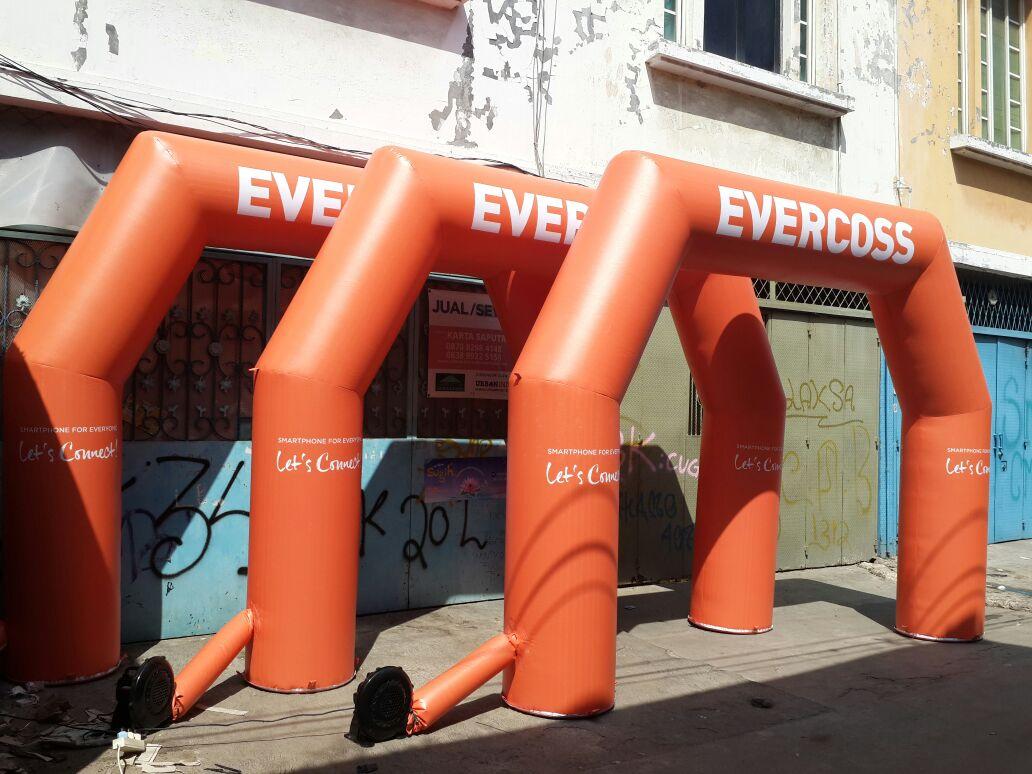 Balon Gate Bandung Untuk Even Evercoss Yang Menarik Banyak Perhatian Publik